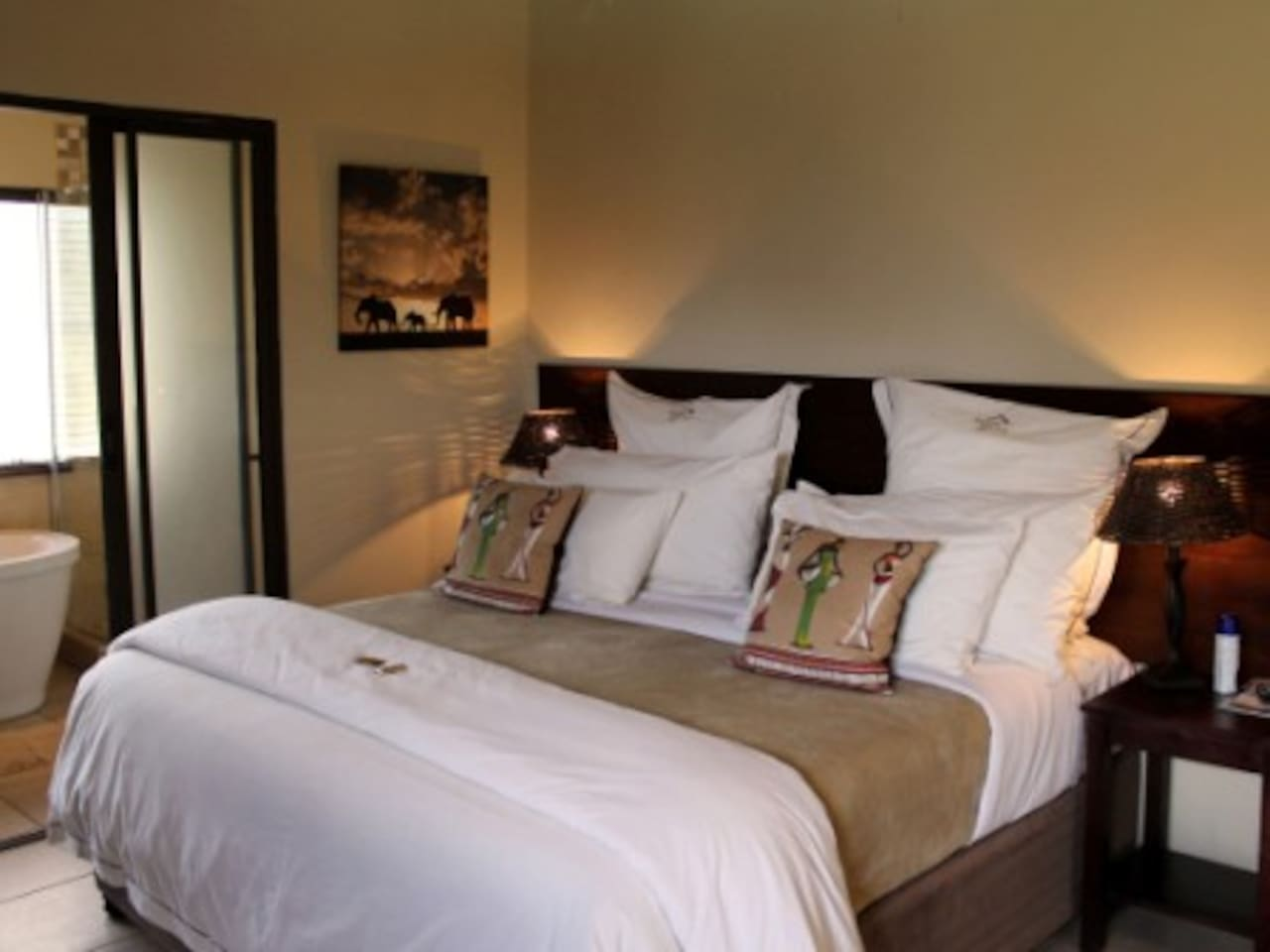 With it's luxurious king-sized bed, stone fireplace and balcony the Bushwillow Luxury Suite is perfect for a romantic get-away