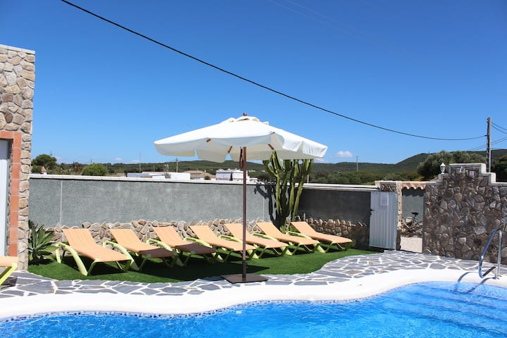 Holiday home with shared pool and great location