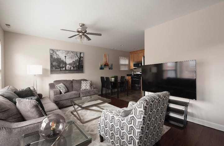 Wicker Park 3 bedroom w/ parking, up to 11 guests