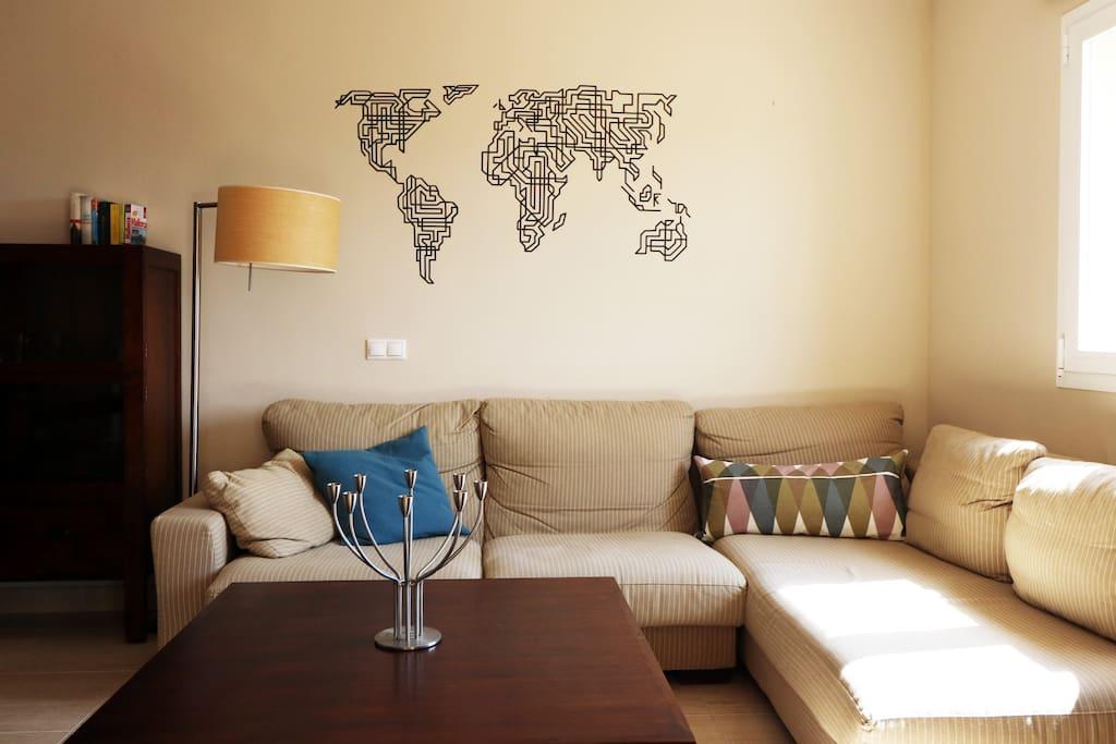 Bequeme Couch im Wohnzimmer.