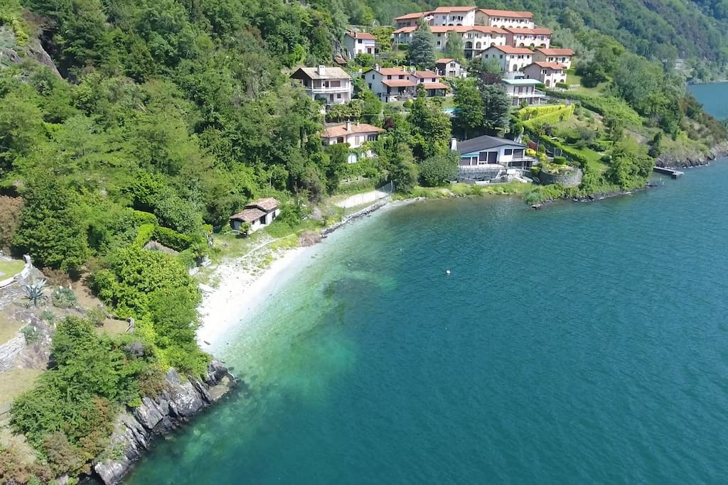Villetta con giardino e spiaggia sul lago di como for Lago con spiaggia vicino a milano