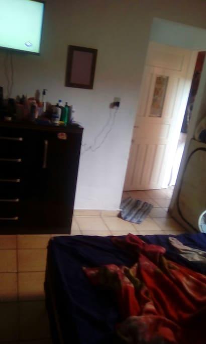 quarto com televisao cama telefone WiFi