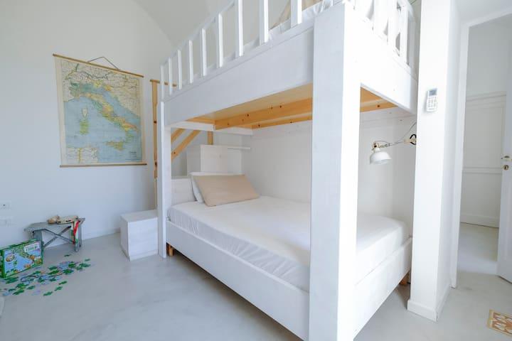 La seconda camera da letto con un letto a castello da una piazza e mezzo - The second bedroom with bunk beds (120 cm wide each level)