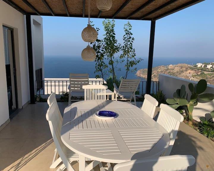 Panoramik deniz manzaralı, özel havuzlu daire