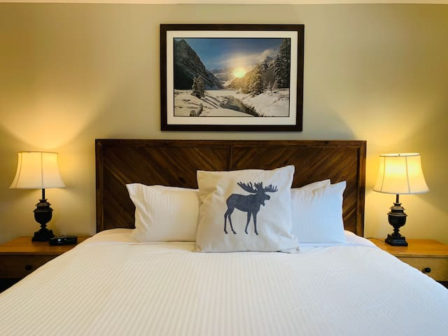 Cozy Queen Bed Hotel Room w / Hot tub Free Parking