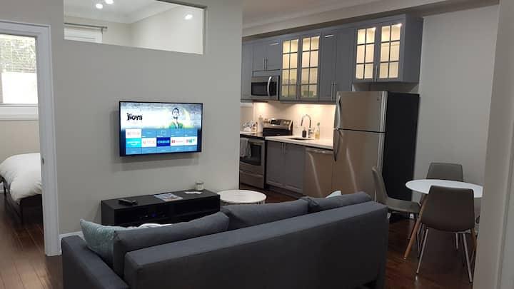 Stunning Apartment Close To Downtown Toronto