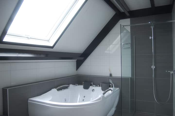 Privé kamer op woonboerderij met jacuzzi