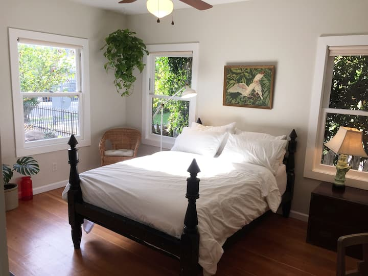 Beautiful Highland Park studio with full kitchen