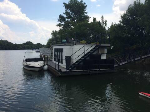 Life is good - houseboat