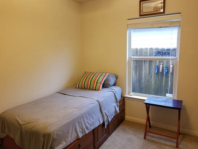Cozy private room in Conroe, long term available