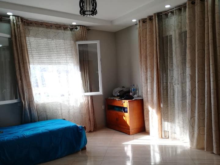 Niveau de villa→Appartement spacieux, grande cour.