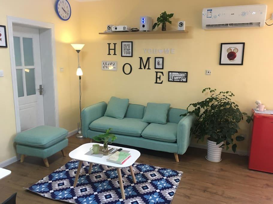 客厅以黄色主基调让您一进家门就心情舒畅