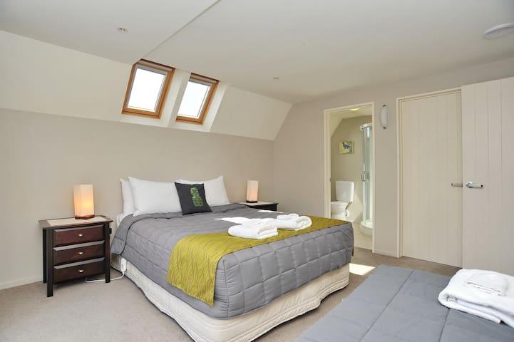 Regents B: Bedroom 4
