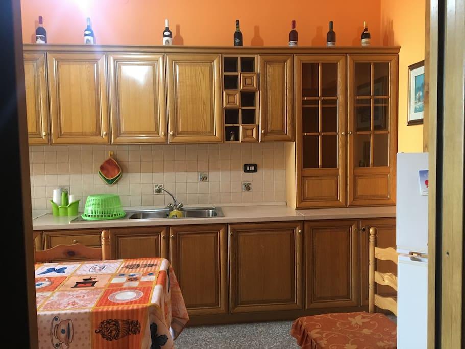 Cucina con tavolo e lavastoviglie