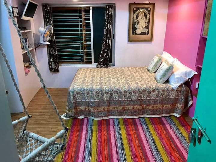 Cosy colourful bedroom in the center of Kolkata