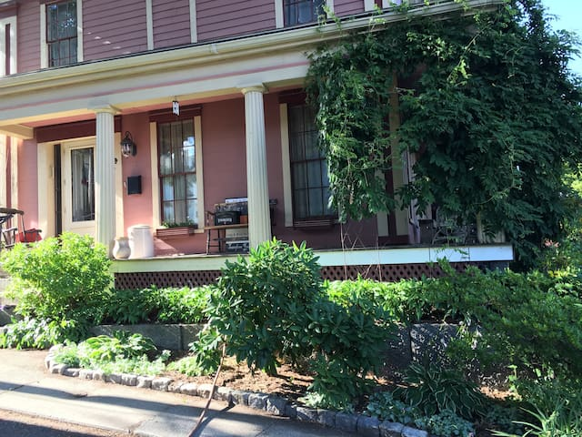 Downtown Historic 1850 B&B Parking/WiFi/Queen bed