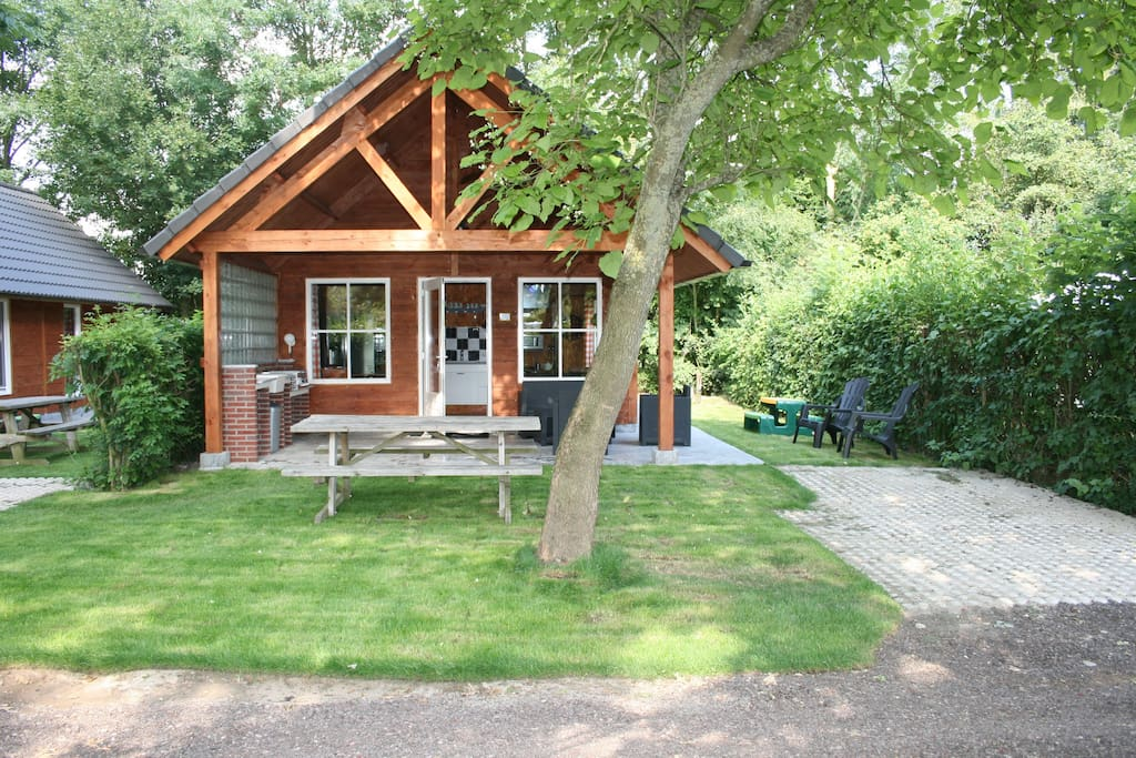 Eigen tuin met parkeerplaats, picknicktafel, loungeset en gas-BBQ - Private garden with private parking, picknicktable, BBQ (gas)