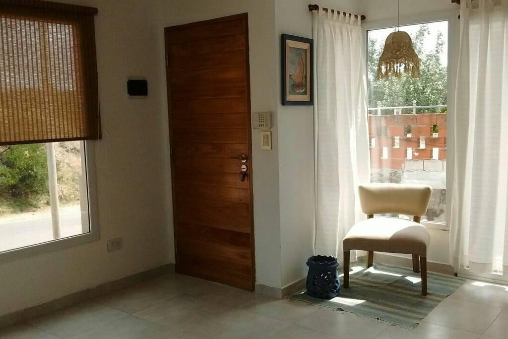 la casa se encuentra sobre una loma por estos ventanales se puede apreciar la vista a los hermosos parques y casas de Pinamar