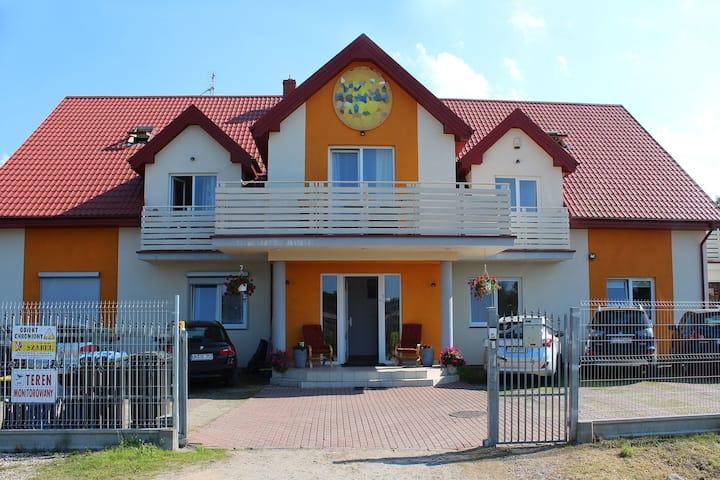 Luxus appartement. Woonkamer, twee slaapkamers - 400 m van de zee.