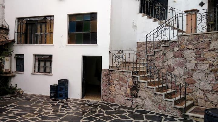 Mini Casa de 2 pisos, muy segura y bien ubicada