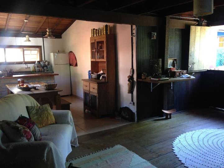 Casa aconchegante 150m da praia de Camburizinho