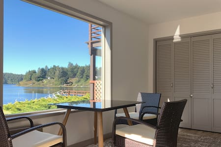 Floras Lake Getaway - charming apartment with view