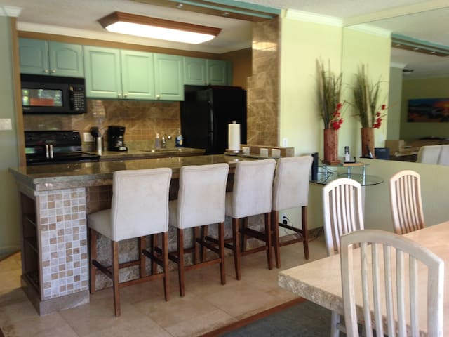 Fantastic 2 Bedroom Just Steps from the Water. - Lahaina - Apartment