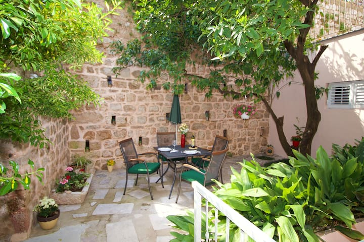 Divine | Cosy 1-BR with Garden Terrace in Old Town