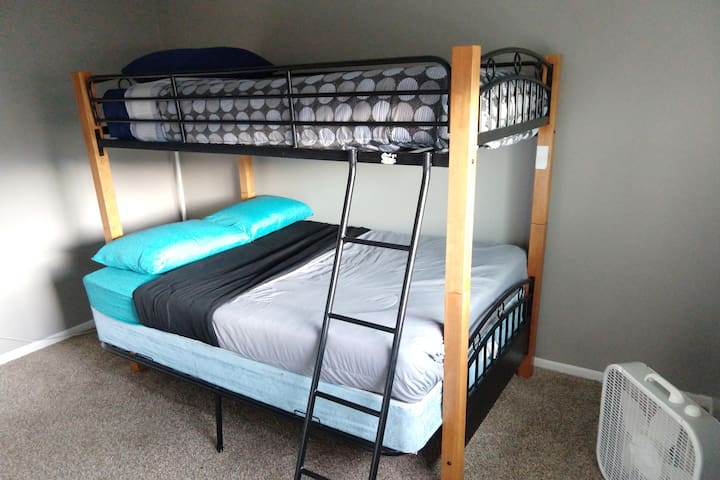 Comfortable Room with Bunk Bed 7 min from Airport