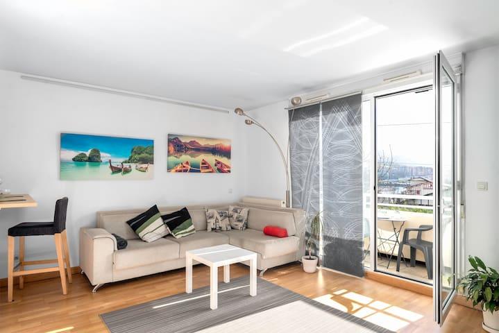 New luxury-apartment, parking, location, views!