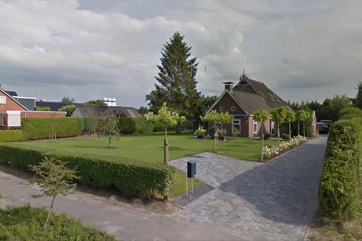 Grote woonboerderij in Friese dorp Kollumerzwaag.