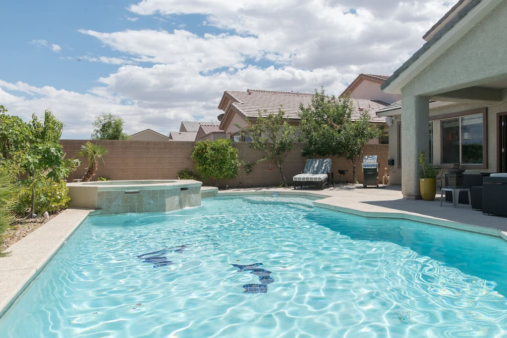 Paradise pool retreat large modern with 6 beds for Pool spa patio show las vegas