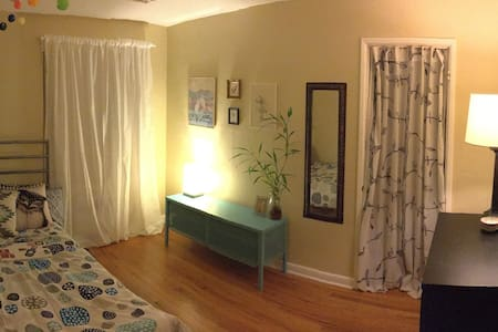 Artsy 1 bedroom near the Needle! With food! - Seattle - Apartment