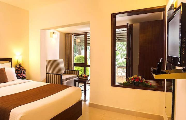 Cozy private room with forest view and Balcony in Munnar