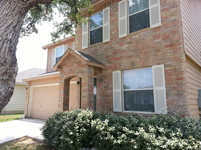 FIESTA TEXAS - 10 MINUTES - SPACIOUS HOUSE