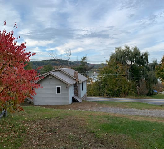 Cottage on Brant lake w/ Lake access.