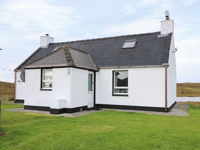 LOCHSIDE COTTAGE, pet friendly in Grimsay, Ref 985763