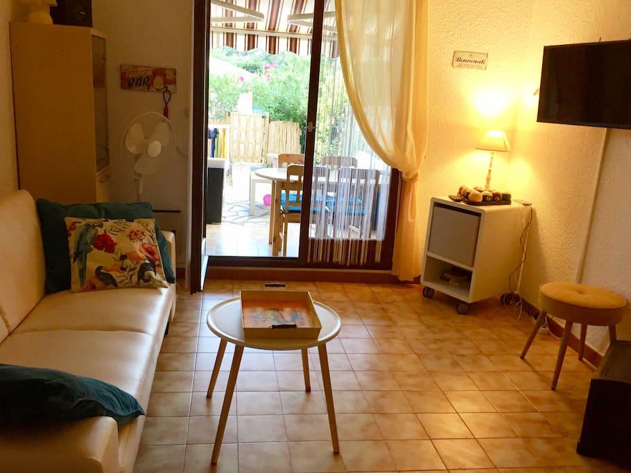 le salon, l'été avec la table sur la terrasse