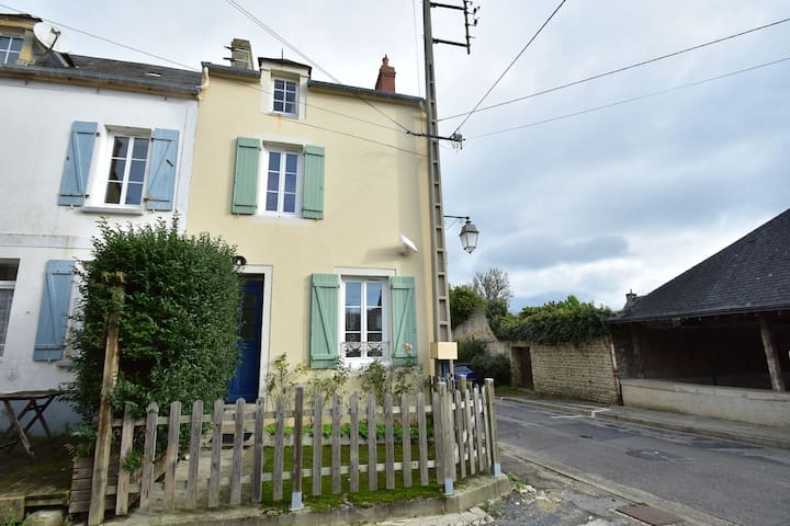 Cosy Holiday Home in Port-en-Bessin-Huppain with Terrace