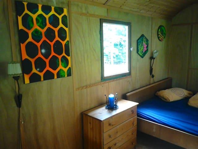 Bettseite mit Blick in den Wald. Bettgröße 1,60 m