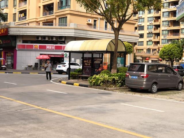 公交车站/小超市
