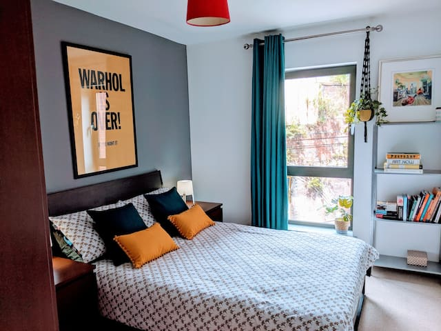 Central + Arty + Modern Apt in City Centre