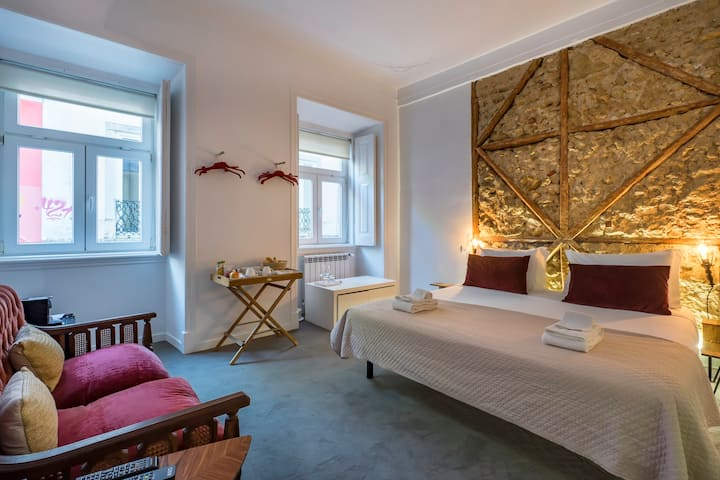 NEW!! Historic Suíte + Private Bath near Chiado