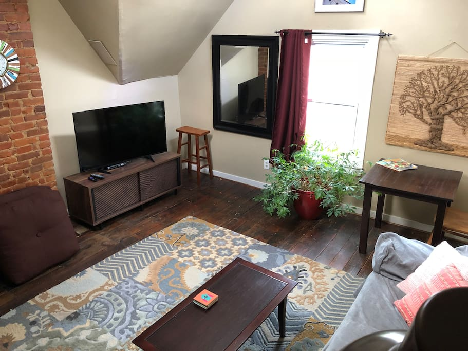 Large screen TVs in living room and bedroom with full cable.