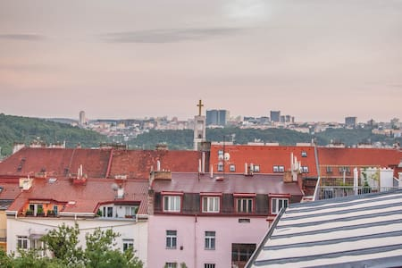 Lovely sunny attic apartment in the quiet area - Prag