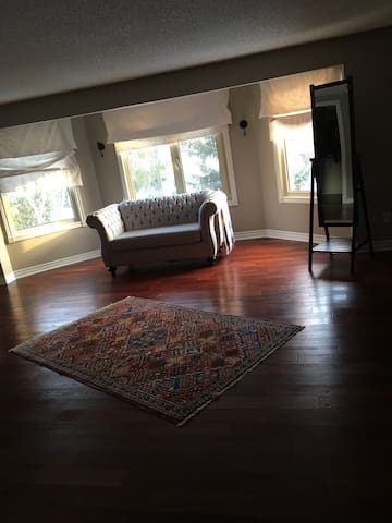 Beautiful & big master bedroom W private washroom