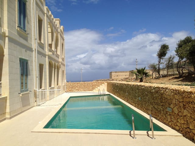 2 bedroom penthouse, communal pool, large terraces - Għasri - Byt