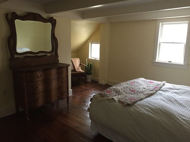 Quiet, cozy room in country cottage - Cambridge - Casa