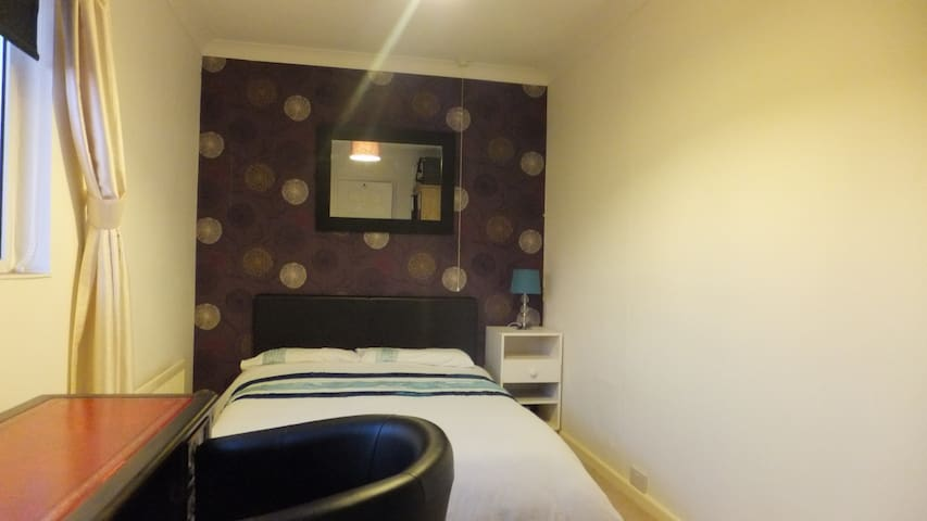 Relax in spacious double room with desk, Wiltshire - Trowbridge - House