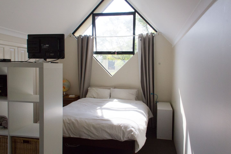 Large bright loft with ensuite, great bed, desk, storage & ensuite.